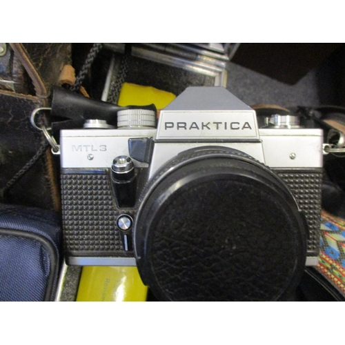 121 - Vintage photographic equipment to include a Polaroid Colour Pack II Location: RAB...