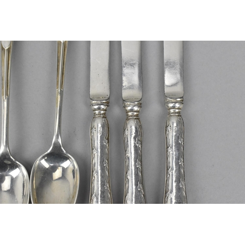 16 - A collection of miscellaneous silver flatware to include a set of eleven Onslow pattern silver teasp...
