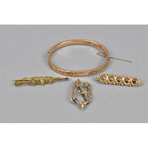 27 - An Edwardian yellow metal and peridot bar brooch with safety chain, 3 g, together with a 9ct gold ba...