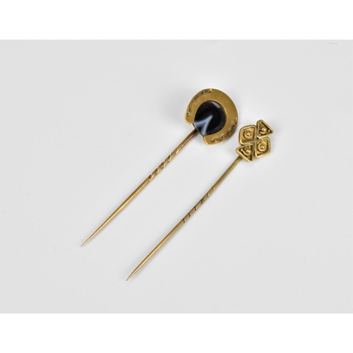 46 - A gold and agate stick pin with horseshoe finial, 8 cm long, 2 cm wide, weight 7 g, tests as 18ct go...
