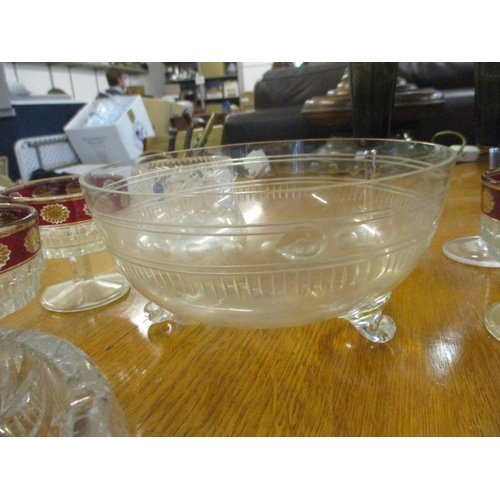73 - A miscellaneous collection of glassware to include a set of four smoked glass champagne flutes, a le...