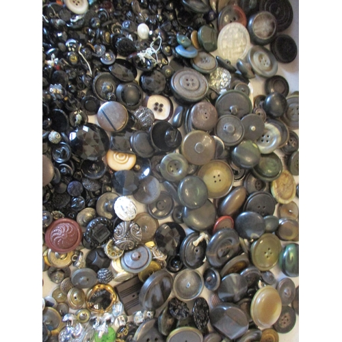 30 - A large quantity of vintage buttons to include Victorian glass buttons and metal buttons Location: 7...