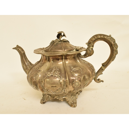 46 - A Victorian silver teapot, embossed flowers and foliage, London 1840, approx. 26.2 ozt, 17 cm high (...