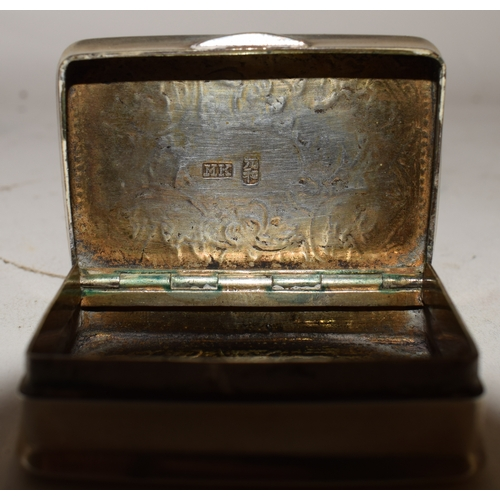 709 - An early 20th century Chinese export silver coloured metal snuff box, engraved flowers and foliage, ...