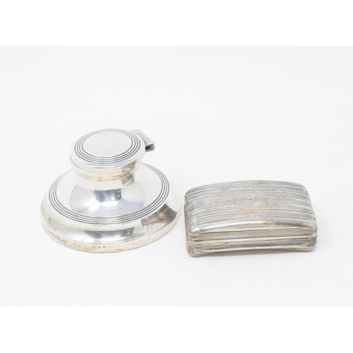 194 - An early 19th century silver snuff box, with reeded decoration, Birmingham 1808, 6 cm wide, approx. ...