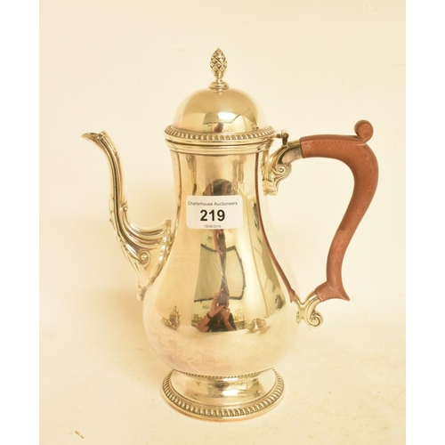 219 - An 18th century style silver baluster coffee pot, Birmingham 1969, approx. 20.8 ozt...