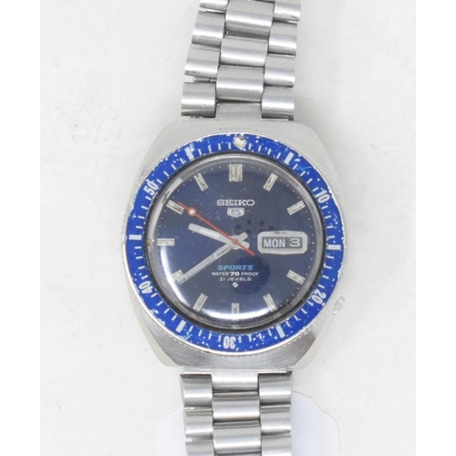 286 - A gentleman's stainless steel Seiko Sports wristwatch, with a blue dial and centre seconds...