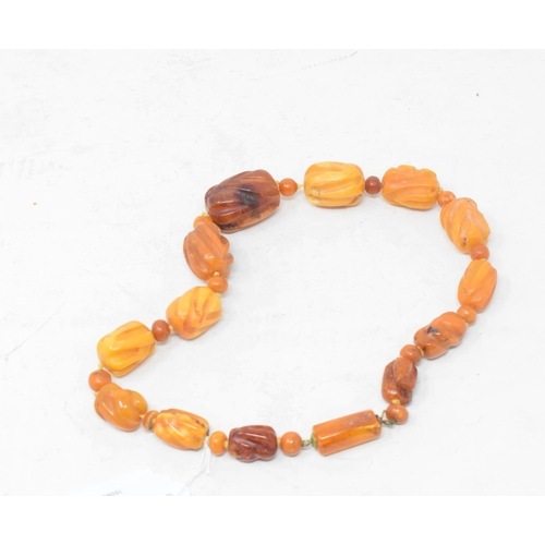 526 - An amber type bead necklace...