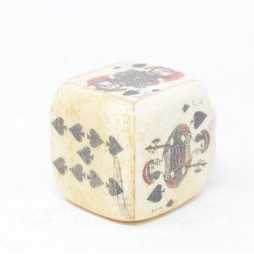 811 - A bone die box, with dice, 4 cm wide...