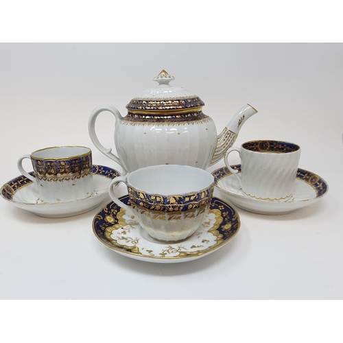 527 - A late 18th century Worcester porcelain tea set, comprising a tea pot, two cups and saucers, five co...
