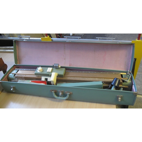 562 - Vintage Singer 'Superb new knitting machine' in fitted canvas green case.  (B.P. 21% + VAT)...