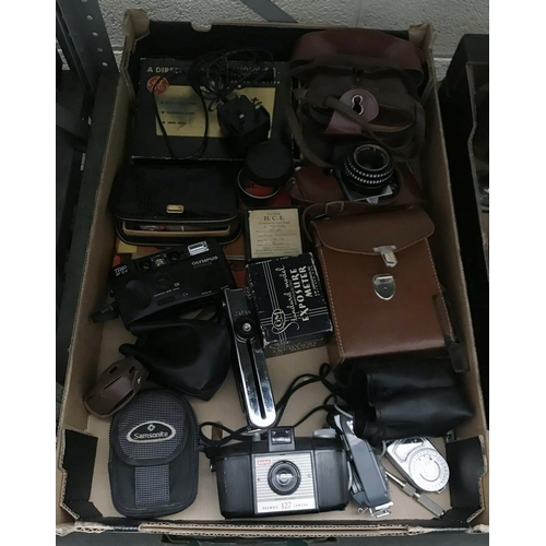 45 - Box containing vintage cameras and accessories