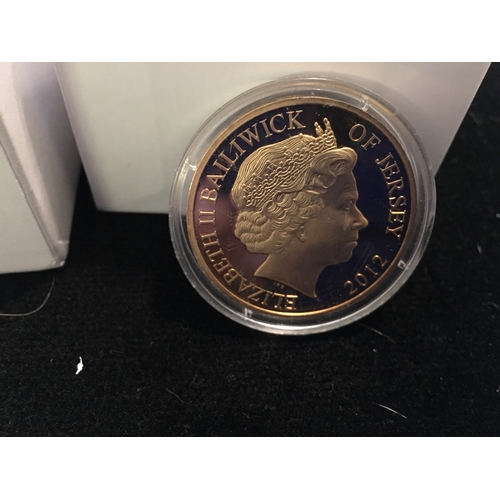 17 - FANTASTIC CASED QUEENS DIAMOND JUBILEE 50p COIN