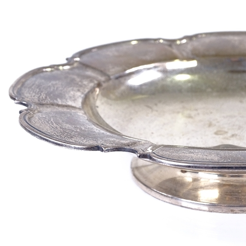 547 - A George VI silver pedestal dish, circular scalloped form with reeded edge, by Mappin & Webb Ltd, ha...