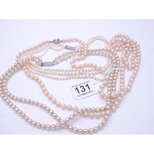 131 - Single knotted pearl necklace with decorative clasp, 50