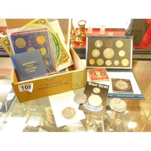 108 - Collection of commemorative Crowns and boxed English currency sets, inclduing a complete royal Mint ...