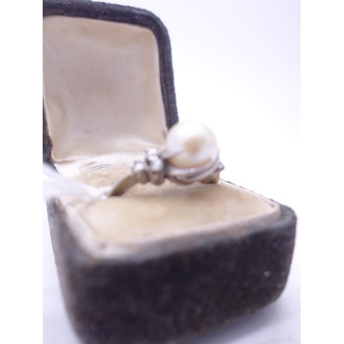 82 - Superb 18ct GOLD Solitaire Pearl and Diamond Ladies ring size L, each of the diamond shoulders conta...