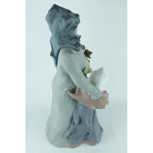 32 - Signed Lladro Goyesca 'Ties That Bind', Limited Edition 195 of 250, Sculptor: Enrique Sanisidro. Mod...