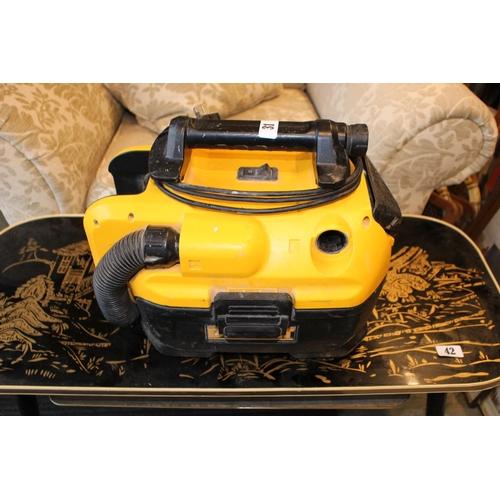 31 - De Walt Battery powered workshop vacuum...