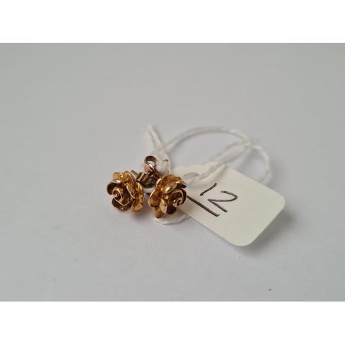 12 - A pair of rose earrings in 9ct - 1.6gms