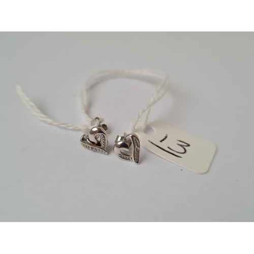 13 - A pair of white gold heart earrings in 9ct