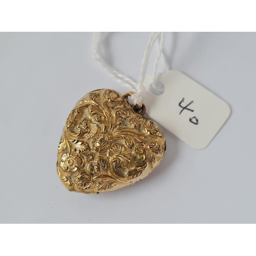 40 - AN ANTIQUE GEORGIAN HEAVILY DETAILED ORMOLU HEART LOCKET WITH REMOVABLE GLAZED HEART CENTRE