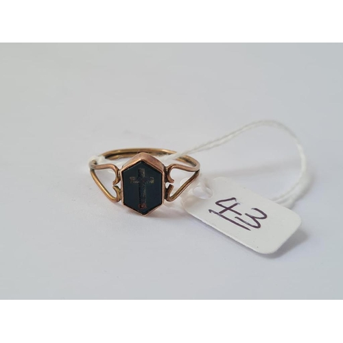 43 - An engraved agate cross ring in 9ct - size S - 1.7gms