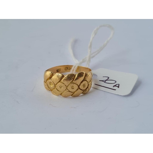 20a - A fancy keeper ring in 18ct gold - size Q - 6.6gms