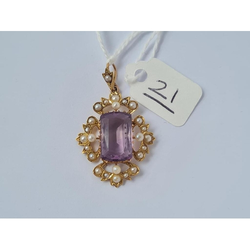 21 - A pearl & amethyst pendant in 15ct gold - 4.7gms