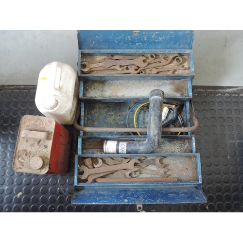 550 - Cantilever toolbox and contents including wood stain, wood glue...