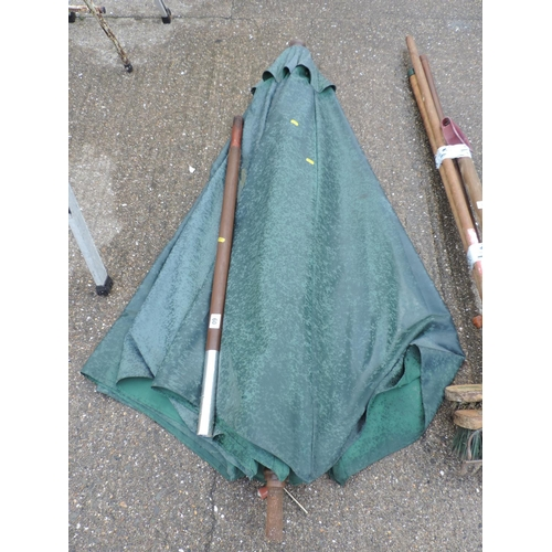 60 - Garden parasol...
