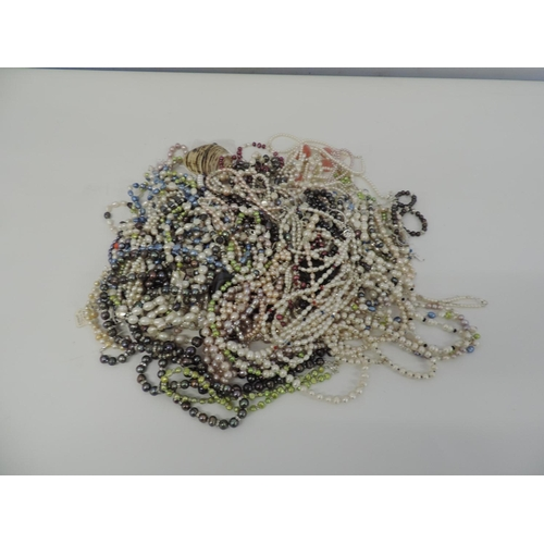 860 - Costume jewellery...