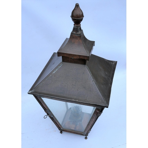 48 - Station copper platform lamp case with replacement reservoir & glass chimney, excellent condition. (...