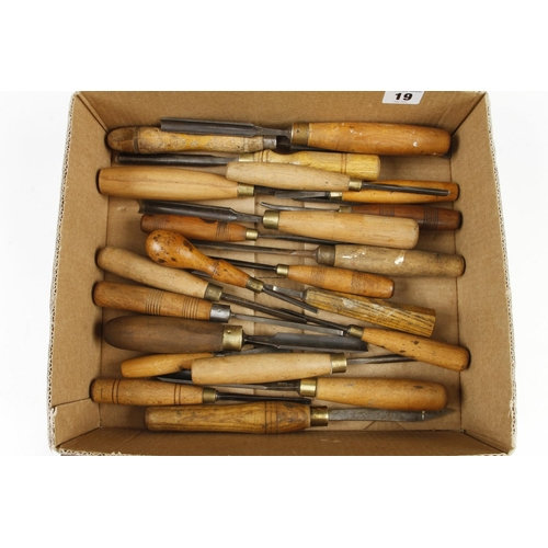 19 - 35 chisels, gouges and carving tools G
