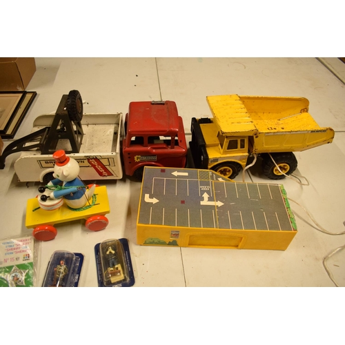 5T - A mixed collection of vintage toys to include dumper trucks, Codeg Melody Bells etc  Condition is mi...