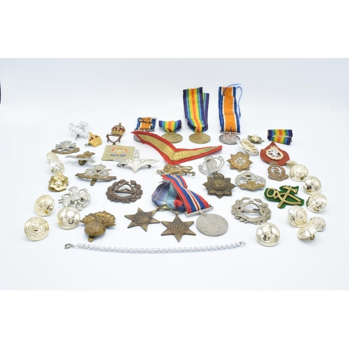 2 x WWI medal pairs and collection cap badges: Medals issued to Pte H Elliott 2934 Middx. regt. & Lt Col A Robson – no regiment given.  Together with 14 WWI or II military cap badges, and an additional number of later badges, buttons etc.