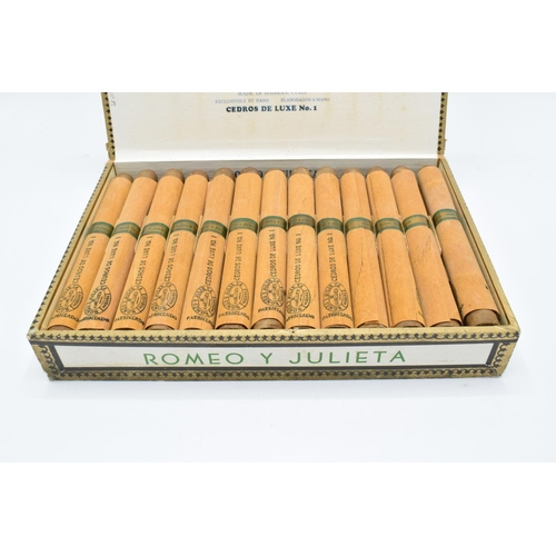 249 - A cased set of 25 Romeo y Julieta Cedros De Luxe No.1 cigars made in Habana, Cuba. Appear to be in g...