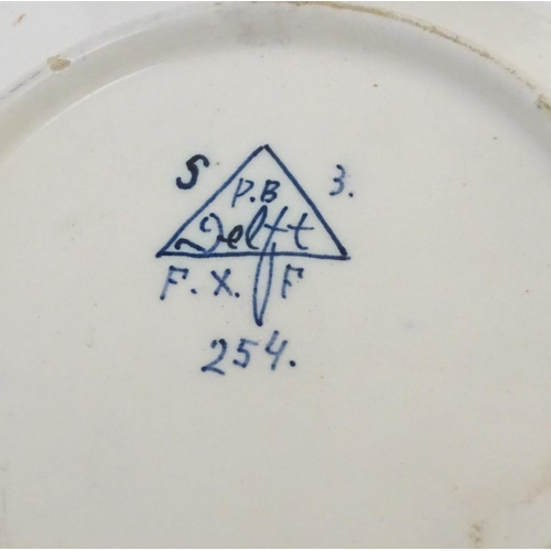 29 - A quantity of ceramic items to include a blue and white Chinese rice bowl, with character marks unde...