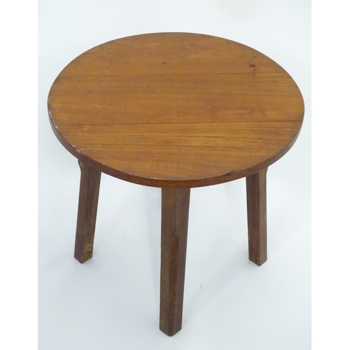 53 - A small circular oak side table. Approx. 22
