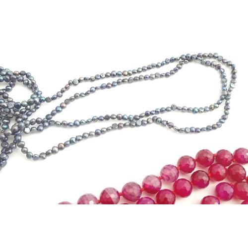 641 - A retro fuchsia coloured quartz bead necklace 46