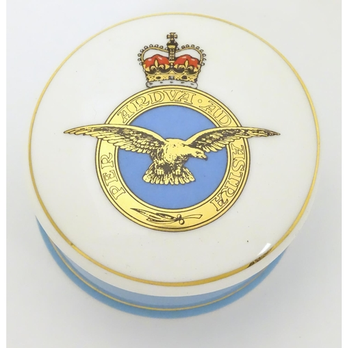 667 - Militaria: a late 20thC porcelain trinket box, the lid decorated with the Royal Air Force emblem, th...