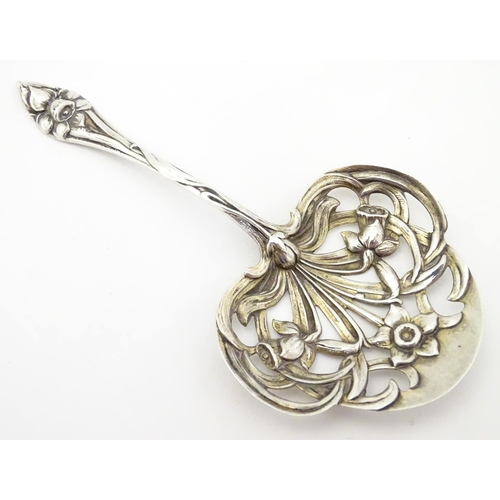 246 - An American silver Art Nouveau straining spoon with floral tendril detail, maker Gorham . Approx 4 1...
