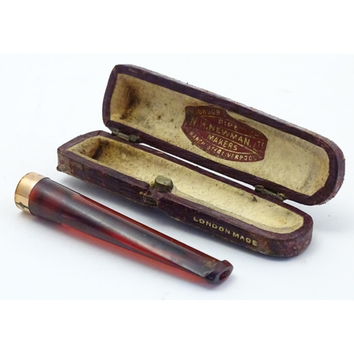 1192 - A Victorian amber cheroot mouthpiece / holder with case. The mount marked '9ct' 'Gold' and 'W.H.N'. ...