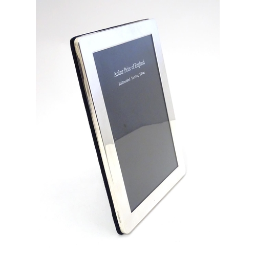 337 - A silver mounted photograph frame, hallmarked London 1999, maker Arthur Price & Co. Ltd. Approx. 8 1...