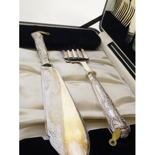 393 - A cased 6-place set of silver handled fish eaters with servers. The handles hallmarked Sheffield 193...