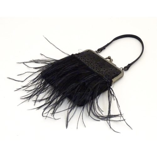 1084 - An early 20thC handbag / purse with beadwork detail and feather fringing. Approx. 8