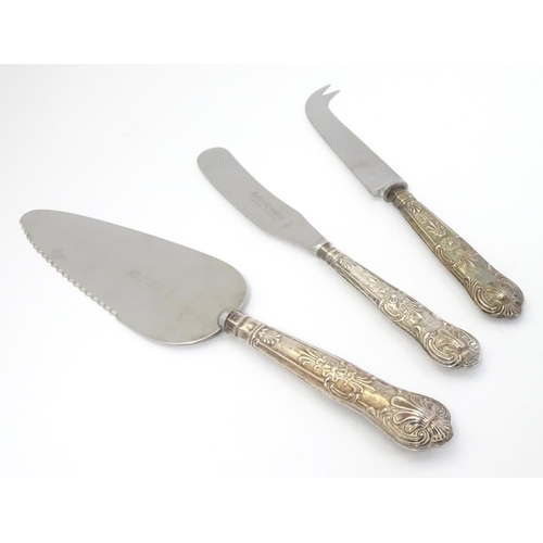 414 - Three silver handled Kings Pattern items: pie server and butter spreader hallmarked Sheffield 1970 m...