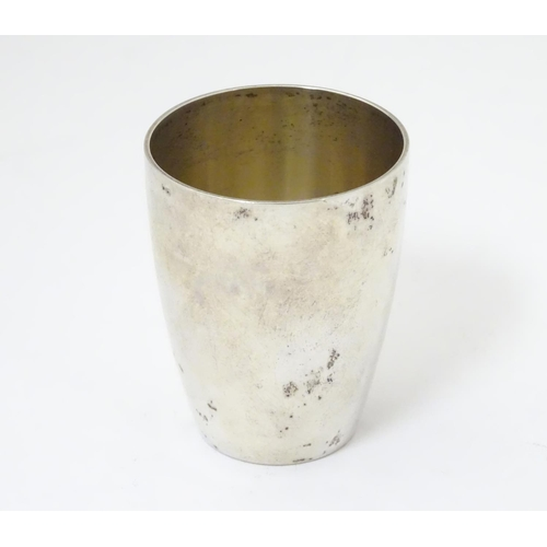 444 - A German .800 silver spirit cup / tot cup. Marked under, possibly by Lutz & Weiss of Pforzheim. Appr...