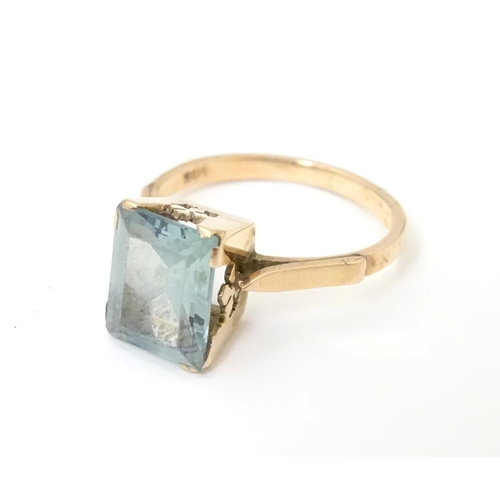 528 - A 14ct gold ring set with baguette coloured blue stone. Ring size approx K