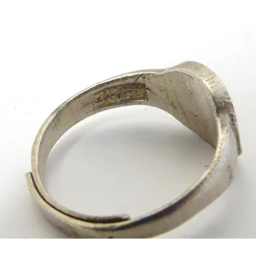642 - Assorted rings including a silver example (5)